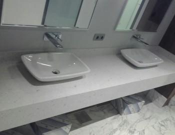 Столешница в ванную из кварцевого камня